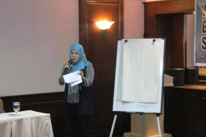 Sang MC beraksi di Workshop Bagaimana Sistem Jaminan Sosial Nasional Bekerja, Pekanbaru 13-14 Maret 2015