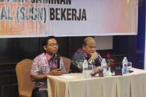 Ketua AJI Pekanbaru, Fakhrurrodzi bersama Ketua Dewan Jaminan Sosial Nasional, Chazali H Situmorang, pada Pembukaan Workshop yang ditaja AJI Pekanbaru bekerjasama dengan AJI Indo & FES