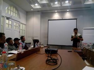 Sekjen AJI Indo, Arfi Bambani Amri memberi pengarahan