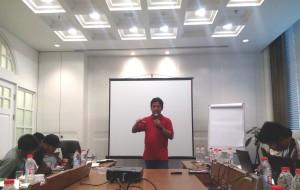 Ketua Umum AJI Indo, Suwarjono, memberi pengarahan dan menjawab pertanyaan beberapa peserta